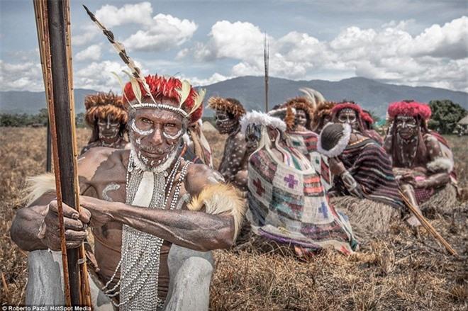 Nhìn gần bộ tộc bí ẩn đeo khuyên mũi bằng răng lợn - ảnh 5