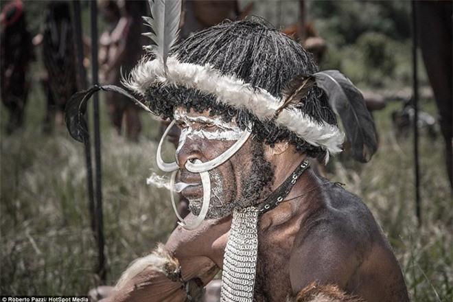 Nhìn gần bộ tộc bí ẩn đeo khuyên mũi bằng răng lợn - ảnh 6