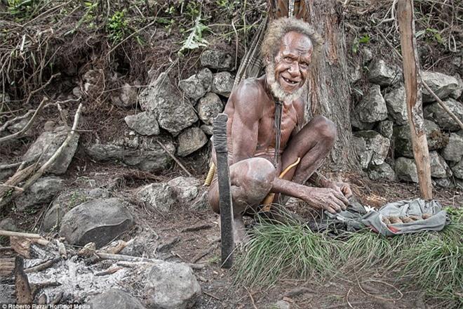 Nhìn gần bộ tộc bí ẩn đeo khuyên mũi bằng răng lợn - ảnh 7