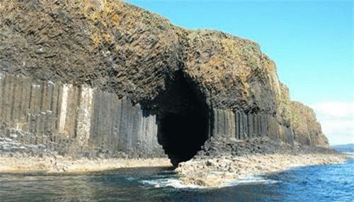 Hang Fingal vươn lên từ nền đảo Staffa. Chúng được hình thành khi những cột dung nham bùng lên gặp lớp đá mẹ và nguội đi trong thời tiết giá lạnh.