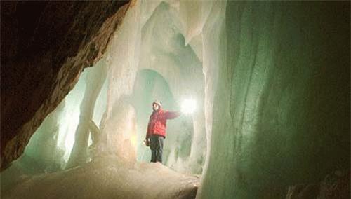Đây là hang đá vôi tự nhiên nằm ở Werfen, gần Salzburg. Hang động kéo dài 42km và được coi là hang băng lớn nhất trên thế giới.