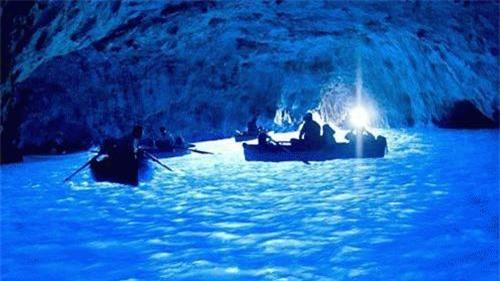Động Xanh có cửa thông ra biển nằm dọc bờ đảo Capri. Ánh mặt trời xuyên qua một lỗ hổng bên dưới, phản xạ ánh sáng ngược lên mặt nước tạo thành sắc xanh tỏa sáng khắp hang động bên trong.