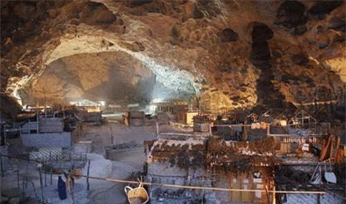 Không những nổi tiếng là một hang động mà Đồng Trung còn có trường học, nơi các em học sinh cấp 1 tại địa phương hàng ngày đến học chữ. Toàn bộ những vách đá bao quanh hang động là những kiệt tác điêu khắc tuyệt vời được tạo ra bởi gió, nước và những cơn địa chấn.
