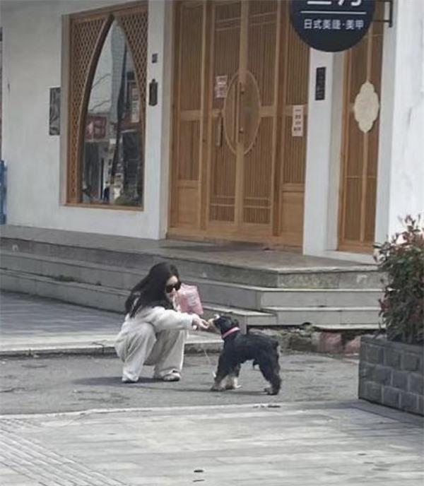 Triệu Lộ Tư bị netizen tóm ngay khoảnh khoắc siêu ngố trên phố, nhưng làn da khó tin của cô nàng mới gây chú ý - Ảnh 2.