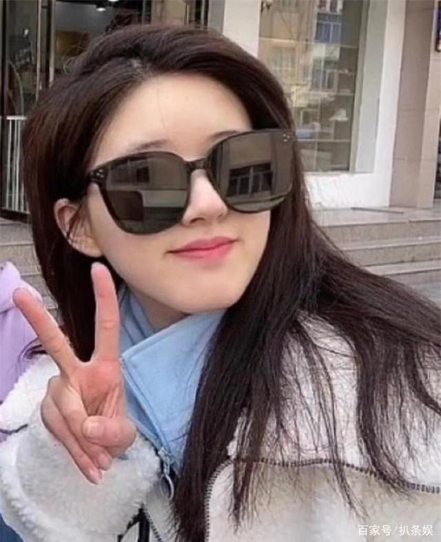 Triệu Lộ Tư bị netizen tóm ngay khoảnh khoắc siêu ngố trên phố, nhưng làn da khó tin của cô nàng mới gây chú ý - Ảnh 4.