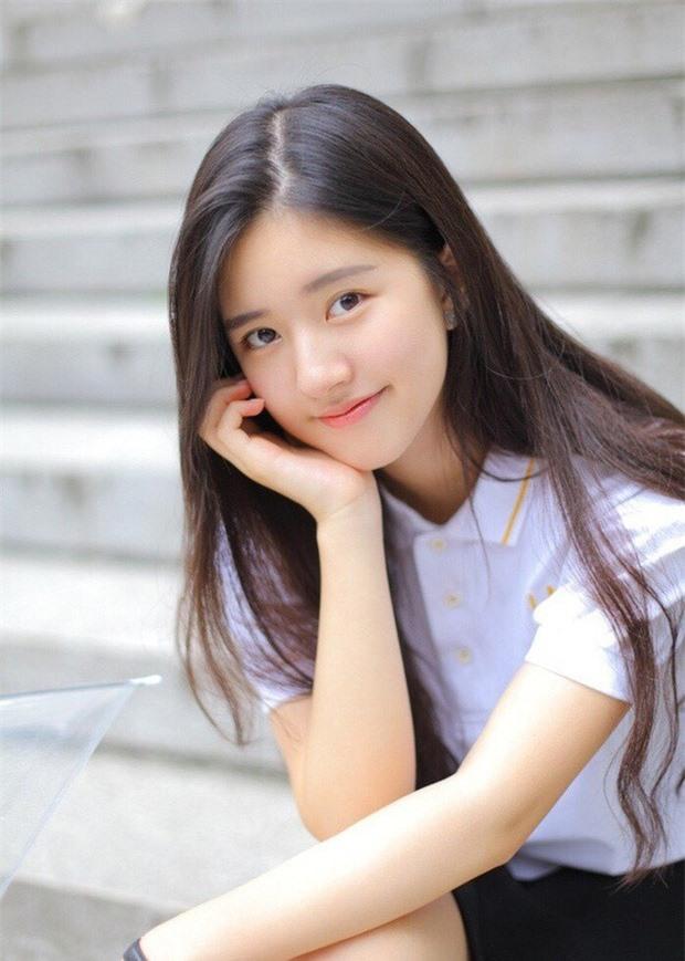 Triệu Lộ Tư bị netizen tóm ngay khoảnh khoắc siêu ngố trên phố, nhưng làn da khó tin của cô nàng mới gây chú ý - Ảnh 6.