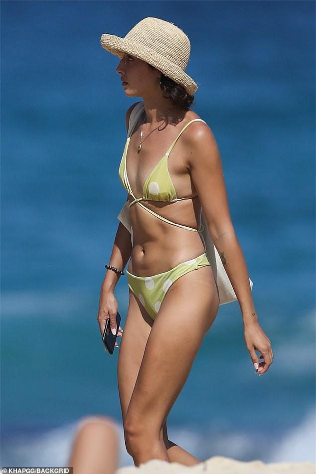 Bạn gái người mẫu của Zac Efron đẹp như tạc tượng ở biển với bikini - ảnh 1