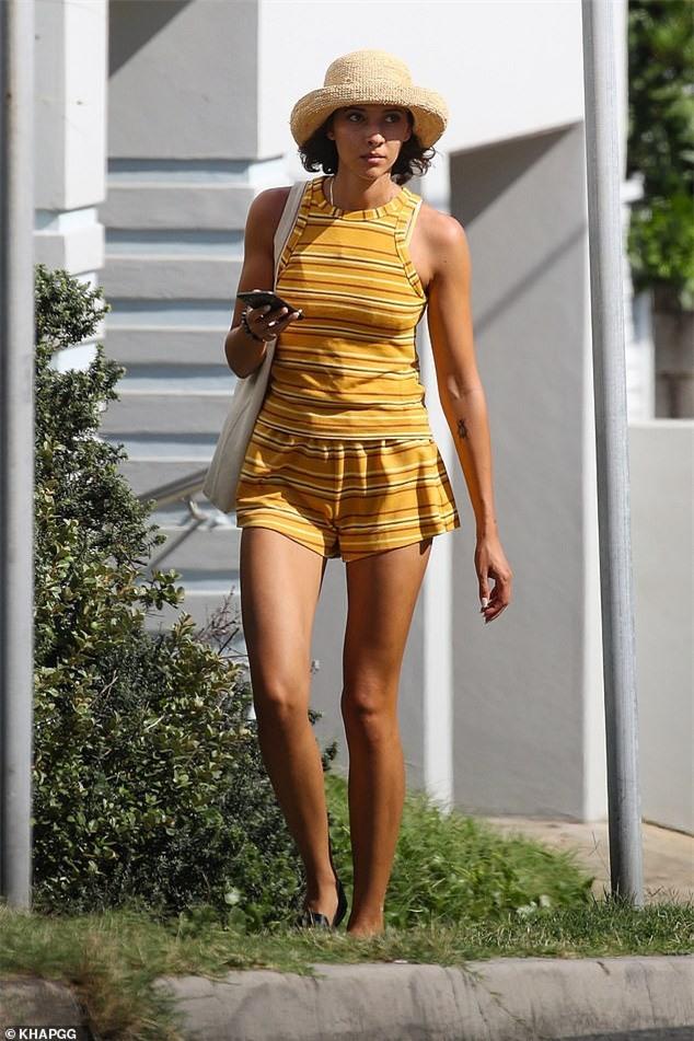 Bạn gái người mẫu của Zac Efron đẹp như tạc tượng ở biển với bikini - ảnh 6