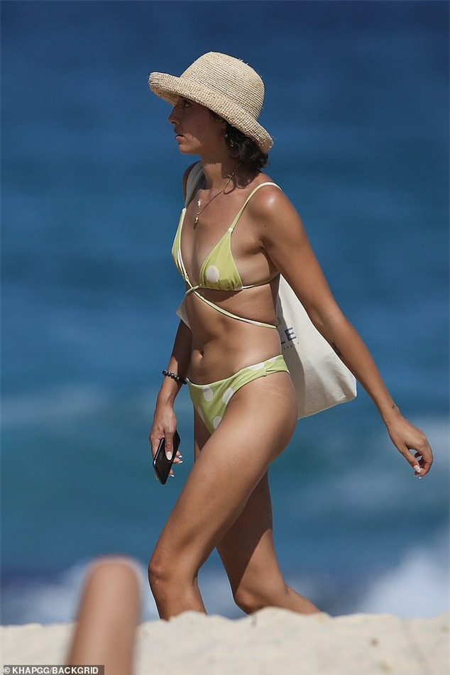 Bạn gái người mẫu của Zac Efron đẹp như tạc tượng ở biển với bikini - ảnh 7