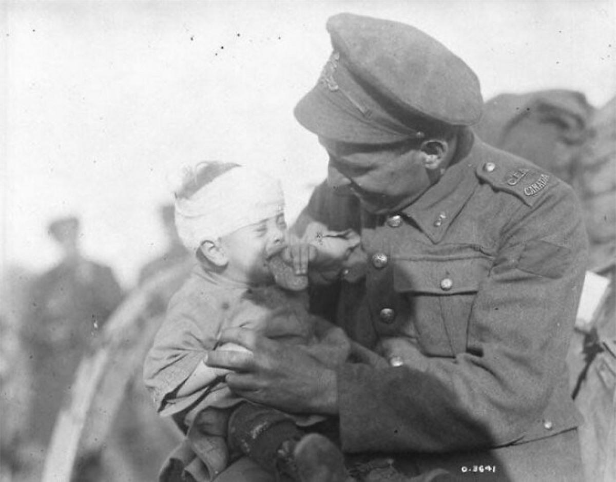Một người lính Canada đang cố gắng an ủi một cậu bé người Bỉ bị thương và mới mất mẹ vào tháng 11/1918 trong Thế chiến I.