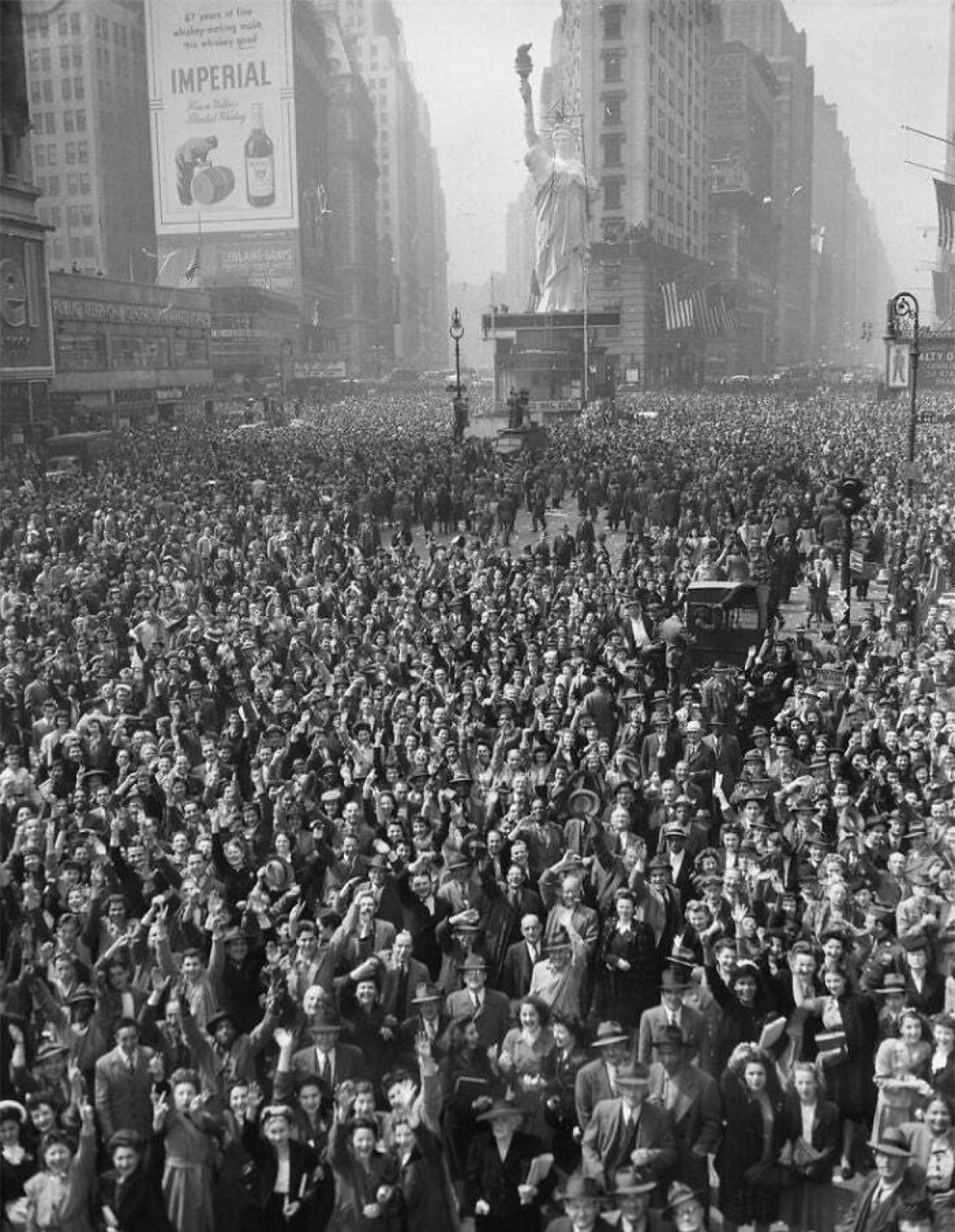 Đám đông ở Quảng trường Thời đại, thành phố New York ăn mừng quân Đức đầu hàng ngày 7/5/1945.