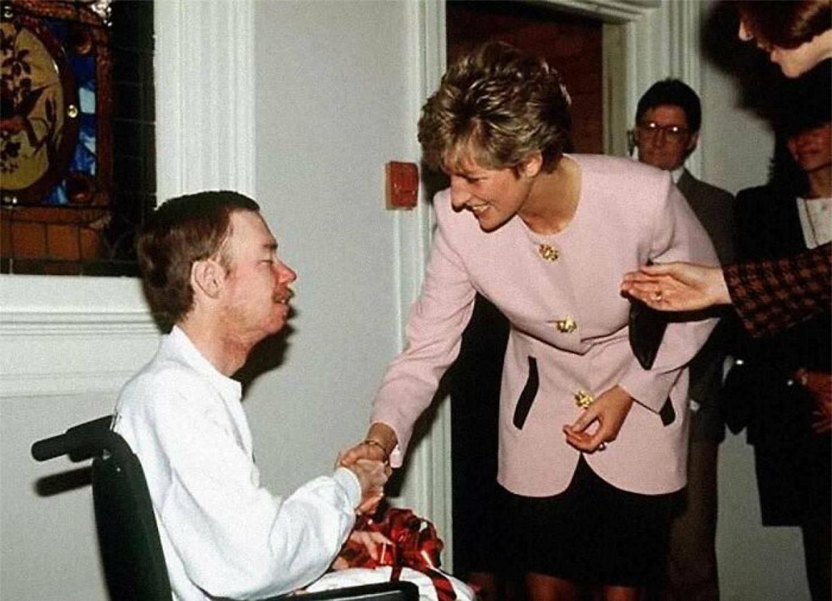 Công nương Diana không dùng găng tay bắt tay với một bệnh nhân AIDS năm 1991.