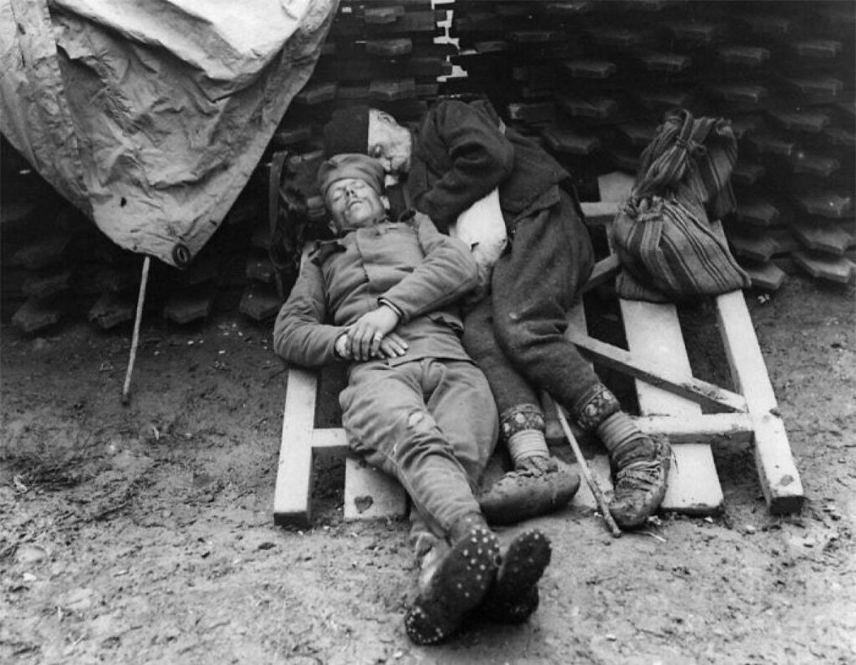 Một người lính Serbia ngủ cạnh cha sau khi ông đến thăm con trai trên tiền tuyến ở Belgrade, Serbia năm 1914 - 1915.