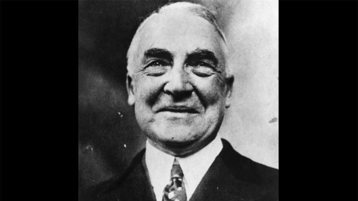 Warren Harding (1865-1923): Khi còn là một thượng nghị sĩ, ông Harding đã bỏ phiếu việc Cấm nấu và bán rượu mặc dù ông thích uống rượu. Khi trở thành Tổng thống, ông Harding có một quầy bar luôn đầy ắp rượu whiskey.