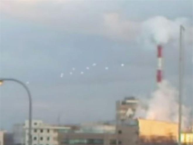 10 UFO nhảy múa rồi đột nhiên biến mất