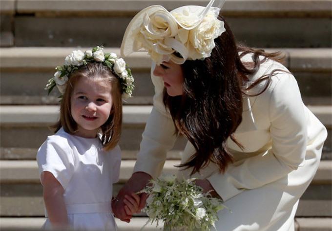 """Phiên bản mới về drama """"rơi nước mắt vì chiếc váy phù dâu"""": Meghan ném bó hoa của Kate vào thùng rác khiến chị dâu bật khóc  - Ảnh 2."""