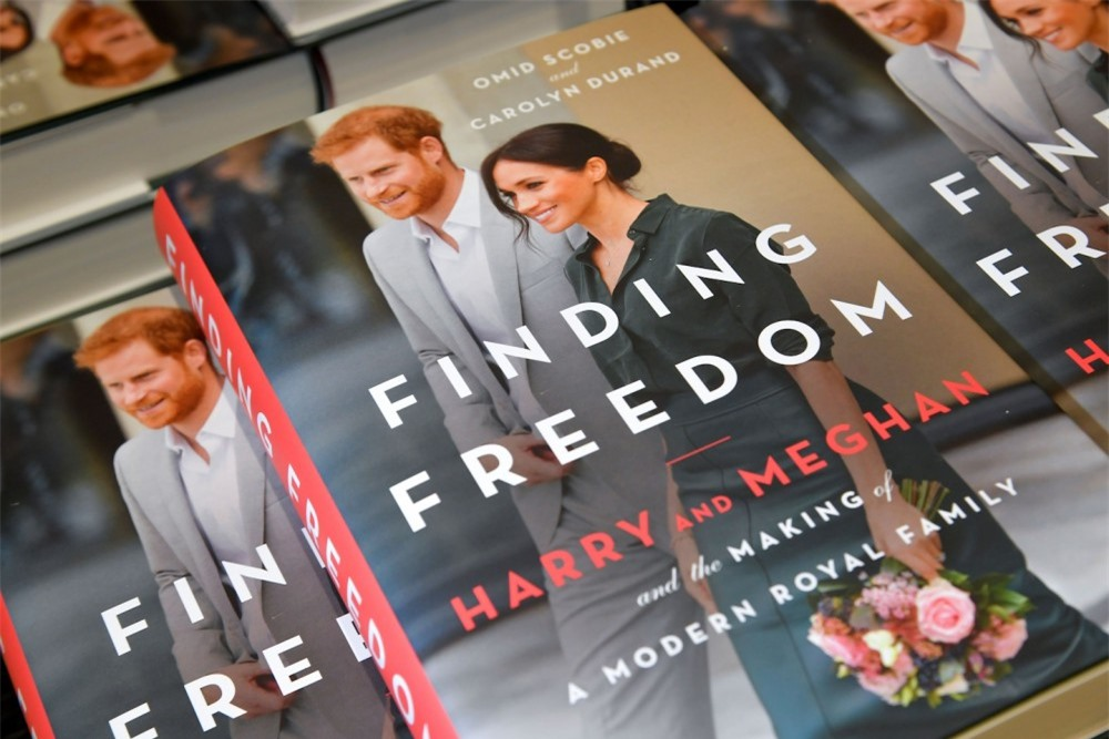 """Phiên bản mới về drama """"rơi nước mắt vì chiếc váy phù dâu"""": Meghan ném bó hoa của Kate vào thùng rác khiến chị dâu bật khóc  - Ảnh 4."""