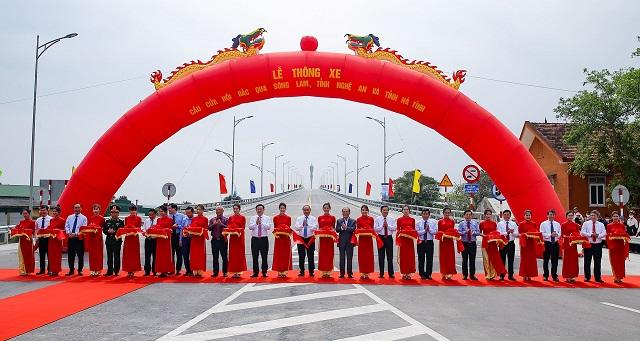 Thủ tướng Nguyễn Xuân Phúc cùng các đại biểu cắt băng khánh thành dự án cầu Cửa Hội