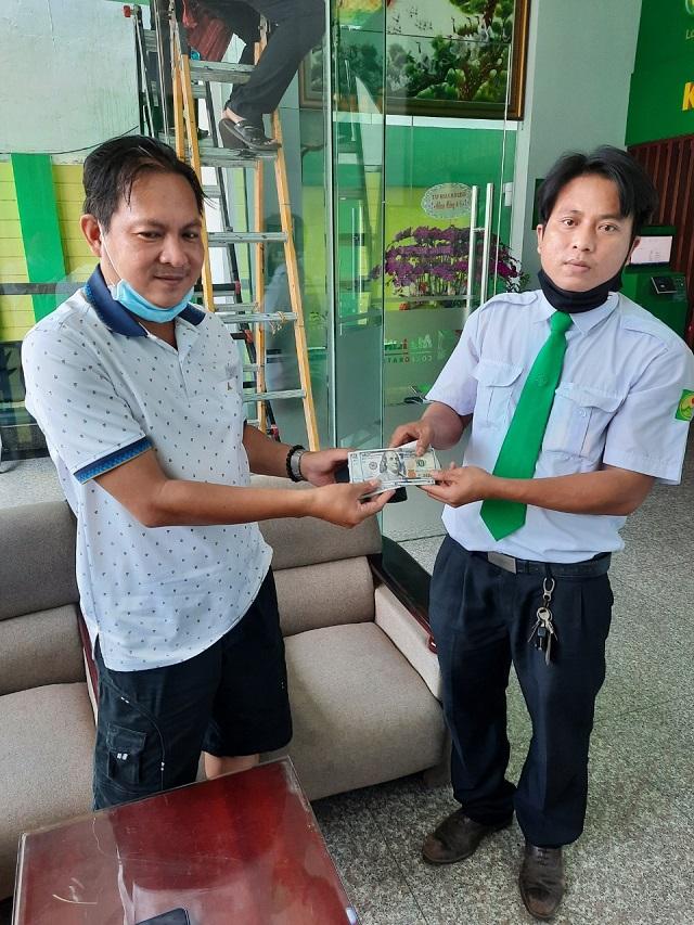 Khách hàng vui mừng khi nhận lại tài sản 3.400 USD từ lái xe Nguyễn Trọng Biên.