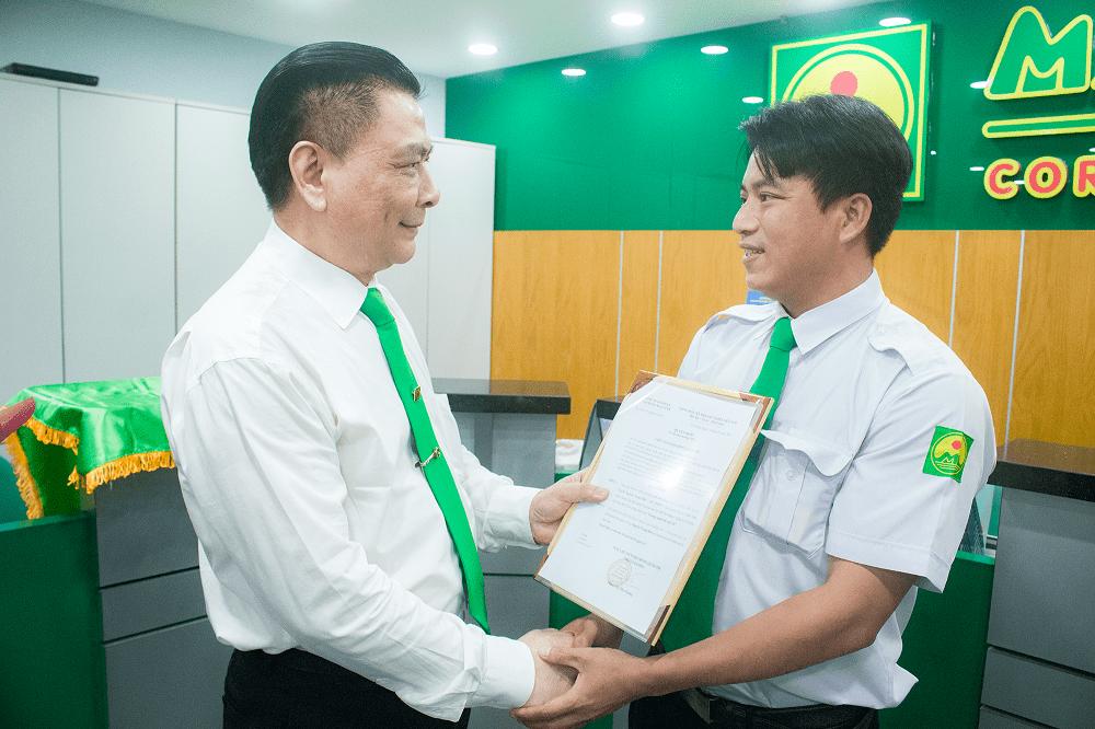 Ông Hồ Huy, Chủ tịch Tập đoàn Mai Linh trao bằng khen gương người tốt việc tốt cho lái xe Nguyễn Trọng Biên.