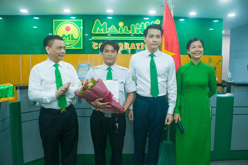 Ban lãnh đạo Tập đoàn Mai Linh tặng hoa và bằng khen gương người tốt việc tốt cho lái xe Nguyễn Trọng Biên.