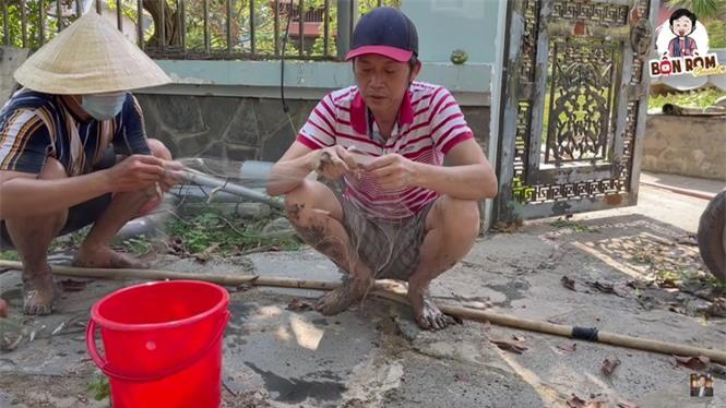 Hoài Linh lấm lem bùn đất, tự tay ra ao thả lưới bắt cá - ảnh 1