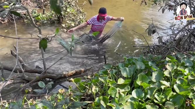 Hoài Linh lấm lem bùn đất, tự tay ra ao thả lưới bắt cá - ảnh 2