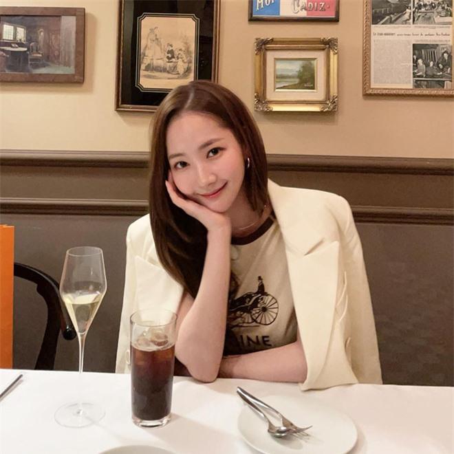 Sau chiếc thìa huyền thoại, đến... cái ly phản chiếu chi tiết hint hẹn hò của Park Min Young - Park Seo Joon - Ảnh 2.