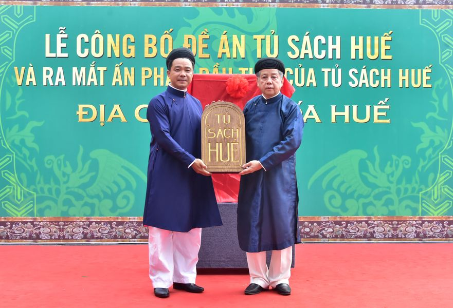 Chủ tịch UBND tỉnh Thừa Thiên Huế Phan Ngọc Thọ trao logo Tủ sách Huế cho Sở Thông tin và Truyền thông - đại diện quản lý Tủ sách Huế.