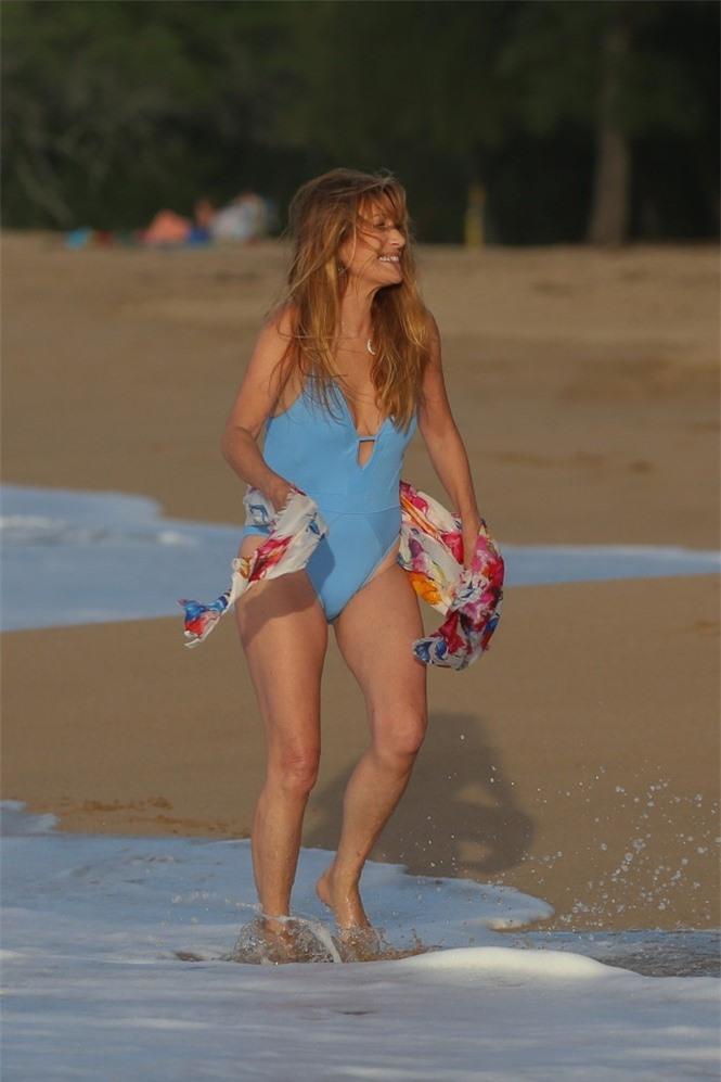 'Bond girl' Jane Seymour tuổi 70 trẻ đẹp ngỡ ngàng ở biển với áo tắm  - ảnh 2