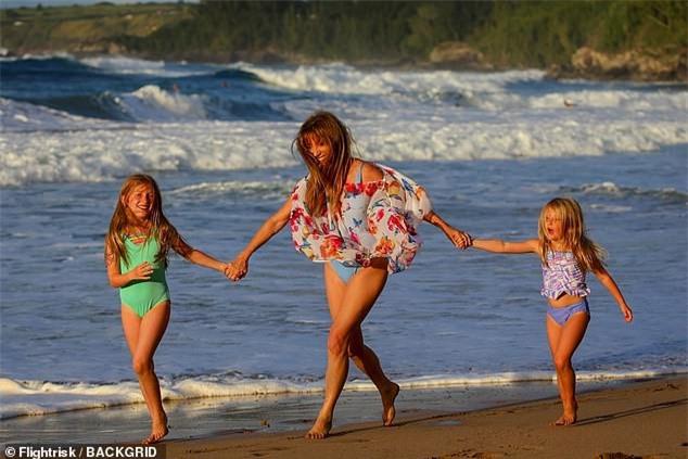 'Bond girl' Jane Seymour tuổi 70 trẻ đẹp ngỡ ngàng ở biển với áo tắm  - ảnh 4