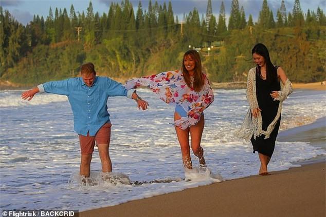 'Bond girl' Jane Seymour tuổi 70 trẻ đẹp ngỡ ngàng ở biển với áo tắm  - ảnh 7