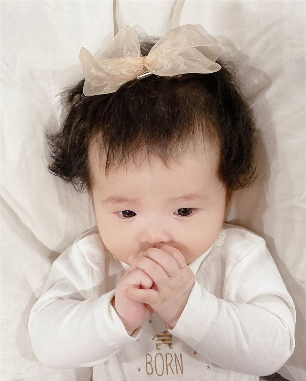 Hết bị trêu là má bánh bao, thế lực nhí 5 tháng tuổi của Đông Nhi lại bị lôi ra làm mẫu tóc cho mẹ - Ảnh 3.
