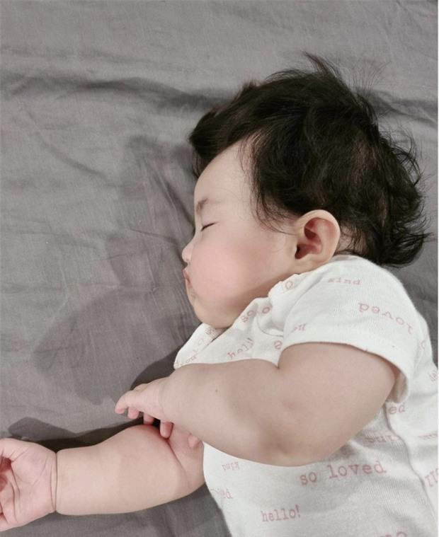 Hết bị trêu là má bánh bao, thế lực nhí 5 tháng tuổi của Đông Nhi lại bị lôi ra làm mẫu tóc cho mẹ - Ảnh 4.
