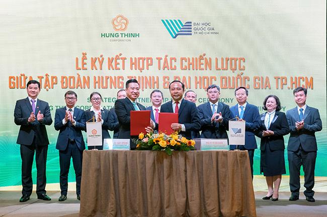 Ông Nguyễn Đình Trung – Chủ tịch Tập đoàn Hưng Thịnh và PGS.TS Vũ Hải Quân –Giám đốc ĐHQG-HCM thực hiện nghi thức ký kết hợp tác trước sự chứng kiến của đại diện hai bên và các vị khách quý