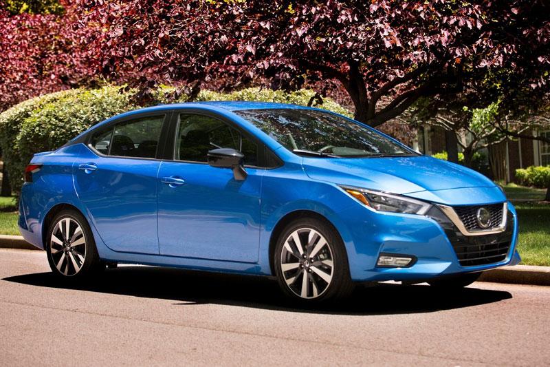 2. Nissan Versa Sedan (giá khởi điểm: 14.830 USD).
