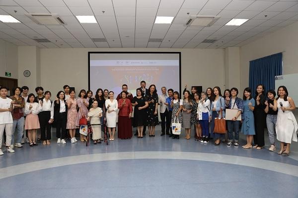 """Các đại biểu và học viên tham dự lễ khai giảng rất hứng thú khi được giảng viên Kay Nguyễn từng bước """"bật mí"""" về nội dung khóa học một cách đầy thú vị."""