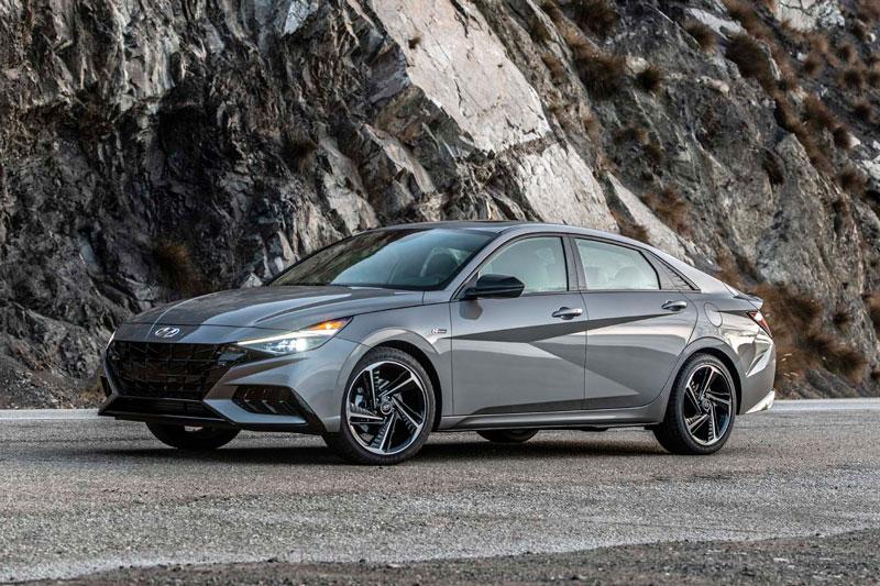 3. Hyundai Elantra (giá khởi điểm: 19.650 USD).