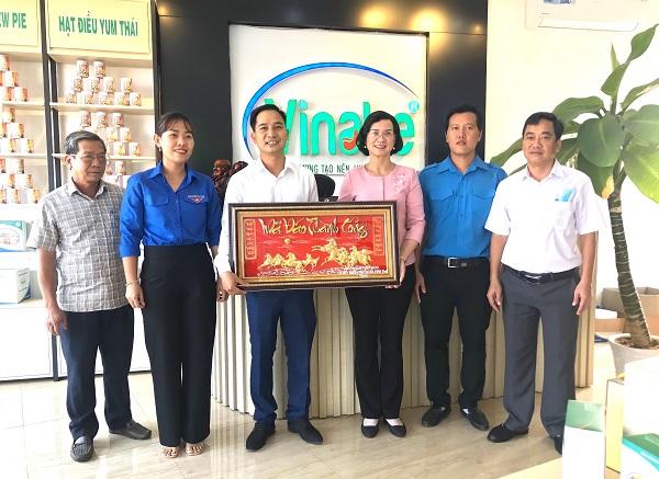 Phó Chủ tịch UBND tỉnh Bình Phước Trần Tuyết Minh (thứ ba, từ phải sang) thăm, động viên Công ty TNHH Vinahe.