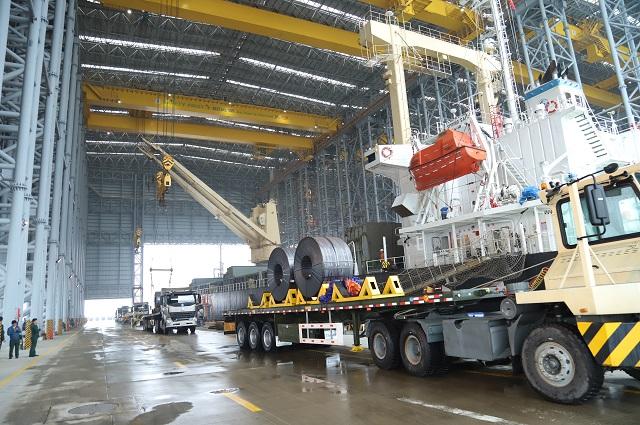 Bốc xếp hàng tại cảng Sơn Dương - cảng chuyên dụng của Formosa