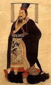 Tại sao Tần Thủy Hoàng mặc long bào màu đen, các hoàng đế khác lại mặc áo màu vàng? - Vì họ không dám? - Ảnh 1.