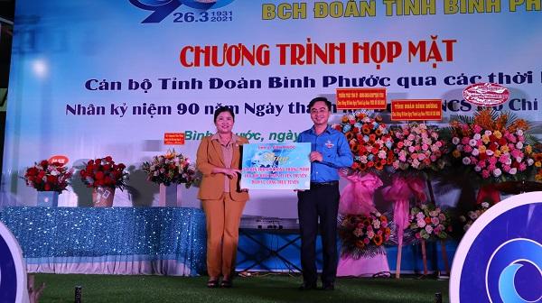 Phó Bí thư Tỉnh ủy - Chủ tịch UBND tỉnh Bình Phước Trần Tuệ Hiền thay mặt Thường trực Tỉnh ủy trao bảng tượng trưng 50 điện thoại di động thông minh cho Tỉnh Đoàn.