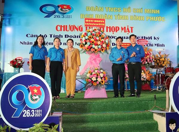 Phó Bí thư Tỉnh ủy - Chủ tịch UBND tỉnh Bình Phước Trần Tuệ Hiền (áo vàng) trao hoa chúc mừng buổi họp mặt.