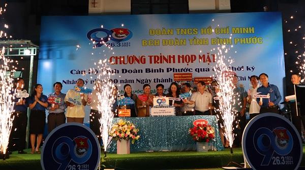 Cán bộ Đoàn qua các thời kỳ tại Bình Phước chào mừng sinh nhật lần thứ 90 của Đoàn TNCS Hồ Chí Minh.