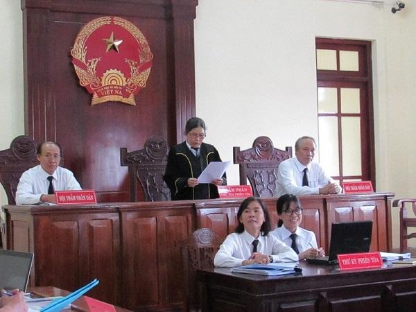 Chủ tọa phiên tòa công bố quyết định trả hồ sơ điều tra bổ sung sau khi HĐXX vào hội ý  tại phiên xét xử ngày 8/8/2018.