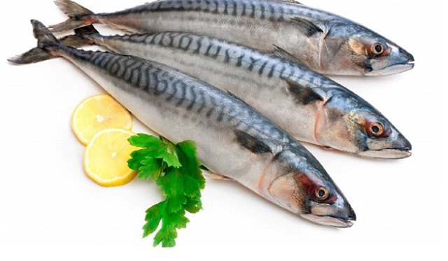 Dùng rượu trắng hoặc chanh giúp loại bỏ mùi tanh của cá
