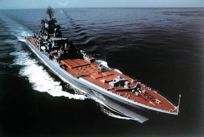Tàu tuần dương mang tên lửa dẫn đường Frunze chạy bằng năng lượng hạt nhân lớp Kirov của Liên Xô, ngày 25 tháng 3 năm 1986.