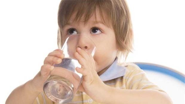 4 thời điểm mẹ tuyệt đối không cho trẻ uống nước