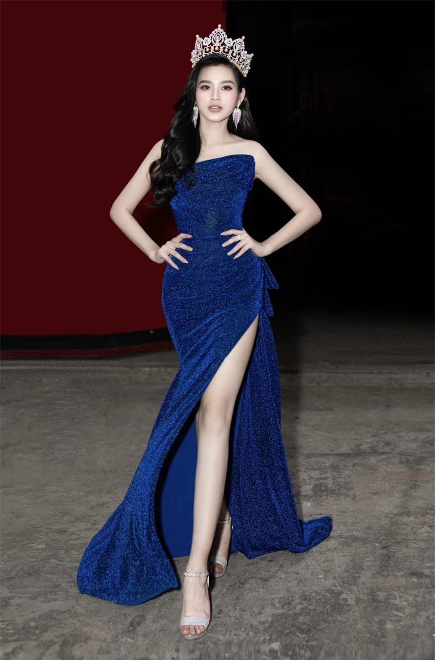 Hoa hậu Đỗ Thị Hà diện váy cúp ngực, xẻ cao khoe đôi chân 'cực phẩm' - ảnh 1