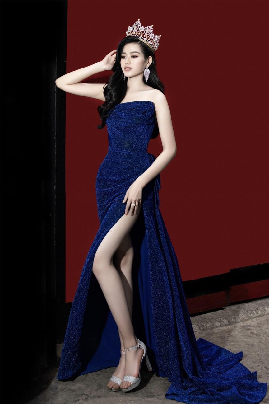 Hoa hậu Đỗ Thị Hà diện váy cúp ngực, xẻ cao khoe đôi chân 'cực phẩm' - ảnh 2